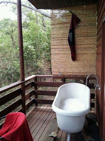 Billabong Retreat Sydney: bath in the bush