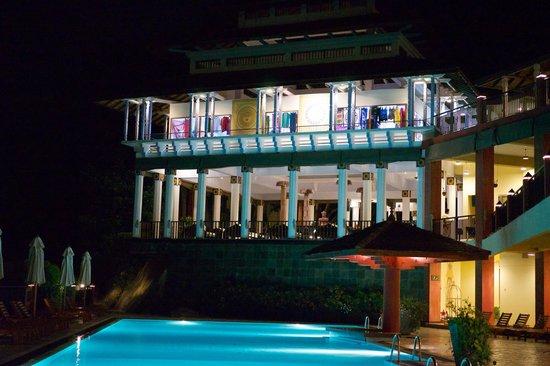Amaya Hills: Nachtansicht des Hotels