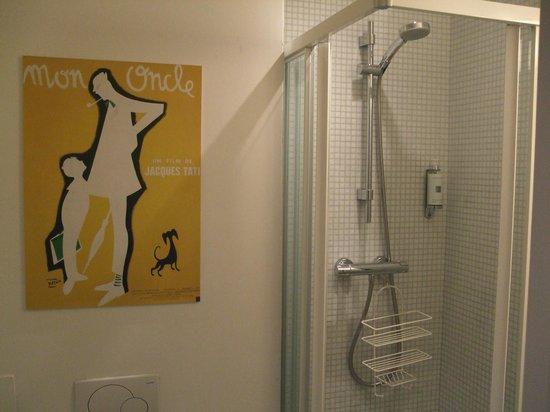 Vintage Hotel Brussels: Tati in the bathroom