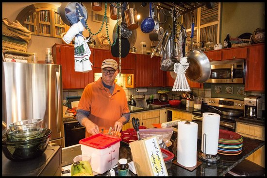 Cozy Cactus Bed and Breakfast : Mark preparing breakfast - a great sense of humor with warmth