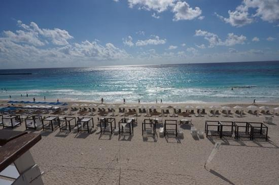 Crown Paradise Club Cancun: ocean view from poolside