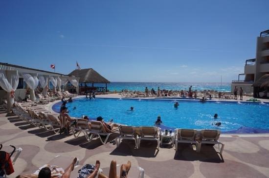 Crown Paradise Club Cancun: pool
