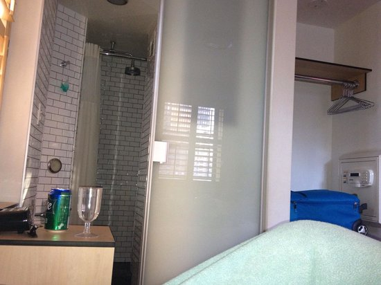 Bathroom picture of pod 51 hotel new york city for Bathroom e pod mara