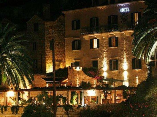 Hotel Park Hvar : At night