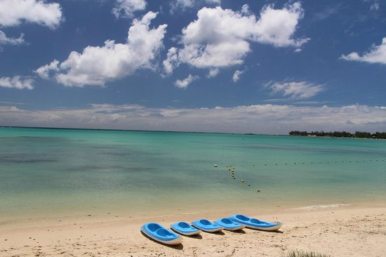 Tarisa Resort & Spa : Baie de Mont Choisi et Kayaks de l'Hotel