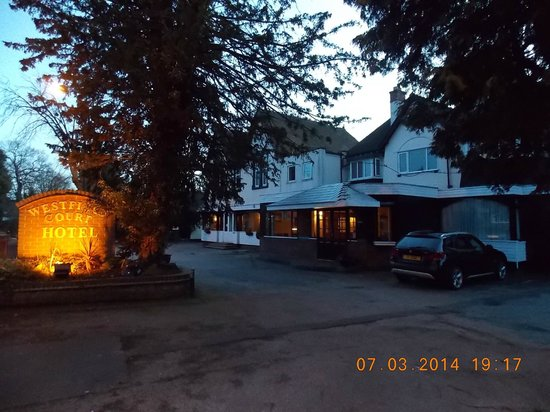 Westfield Court Hotel: Front of the hotel - ample parking front & rear