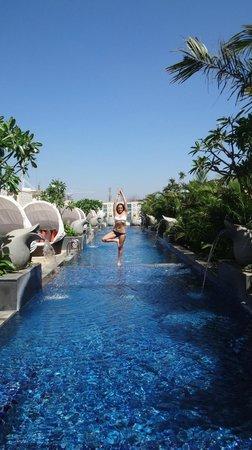 The Ritz-Carlton, Bangalore: Enjoying yoga at the swimming pool
