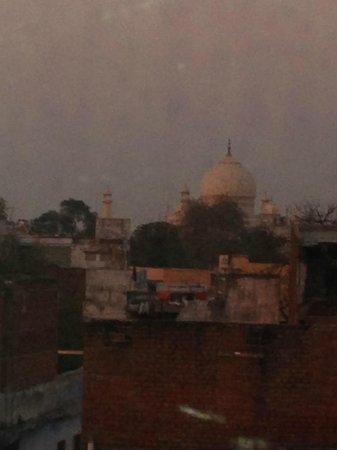 Hotel Daawat Palace : Utsikt til Taj Mahal fra vinduet på rommet vårt.
