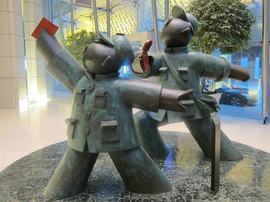Cordis, Hong Kong: Cute Statue