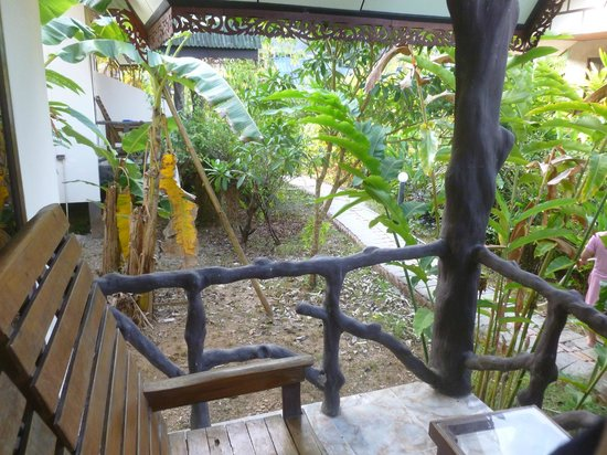Khao Sok Green Valley Resort: Petite terrasse agréable
