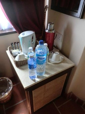 Yeng Keng Hotel: Tea/coffee making area