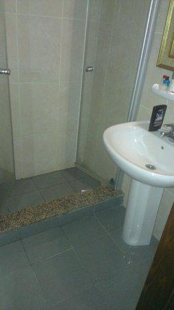 Santa Pera Hotel: Bathroom