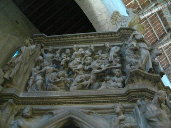 Sant'Andrea: Dettaglio pulpito Nicola Pisano