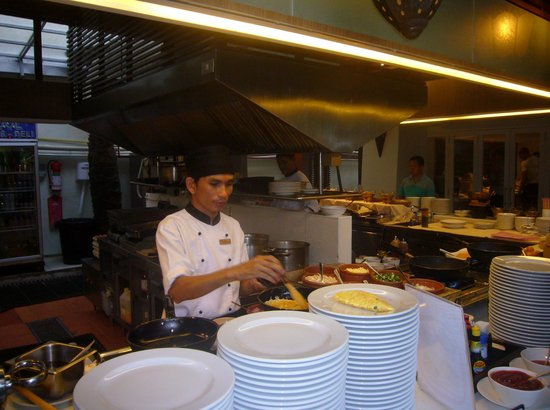 Burasari Resort: Denne kjekke mannen laget omelett raskt til frokost!