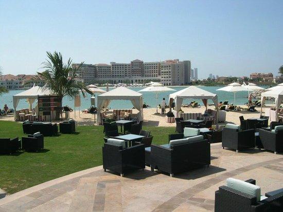 Traders Hotel, Qaryat Al Beri, Abu Dhabi: Strandbereich