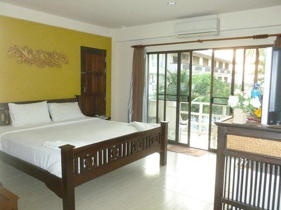 Aloha Lanta Resort: Chambre propre et spacieuse