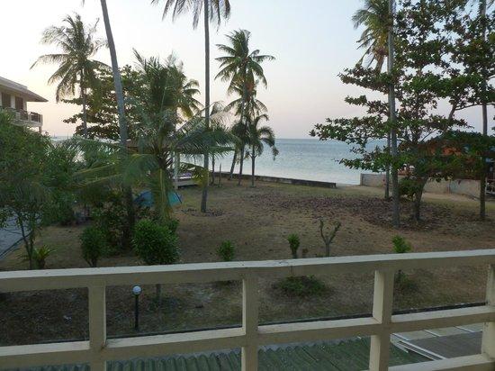 Aloha Lanta Resort: Vue sur la plage