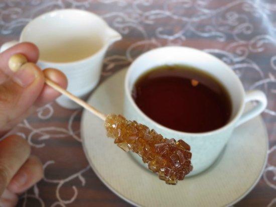 Oriental Lounge: アフタヌーンティーの砂糖。これを飲み物にしばらく浸して、溶かしていただく
