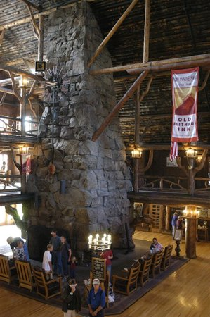 Old Faithful Inn : Lobby Fireplace
