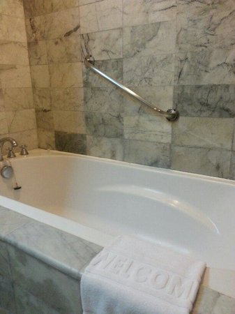 Chaophya Park Hotel: Deluxe room bathtub