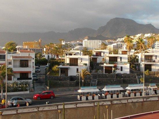 Palm Beach Tenerife: Widok z balkonu na okoliczne wzgórza