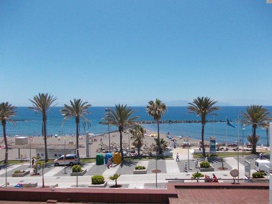 Palm Beach Tenerife: Widok z balkonu na plażę( w głębi widoczna wyspa La Gomera)
