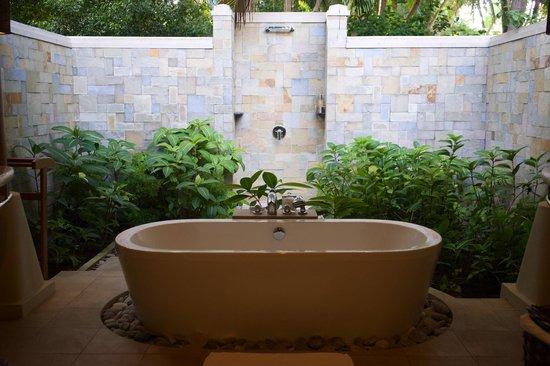Baros Maldives: Offene Dusche in der Deluxe Villa