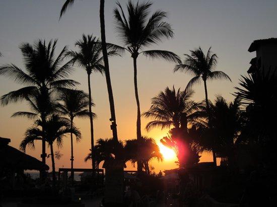 Canto Del Sol Plaza Vallarta: Sunset from the lobby area