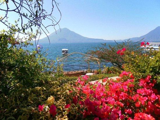Hotel Atitlan: Garden, lake, volcano