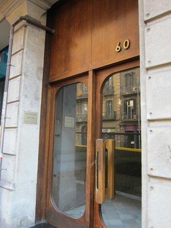 Barcelona City Centre Hostal : エントランス(一般アパート)