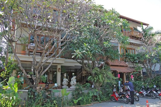 Vieng Mantra Hotel : Frangipanis at the front along a quiet street.
