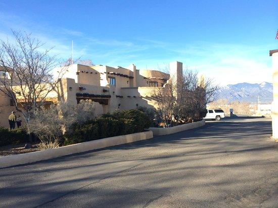 Sagebrush Inn & Suites : Entering the Sagebrush Inn property