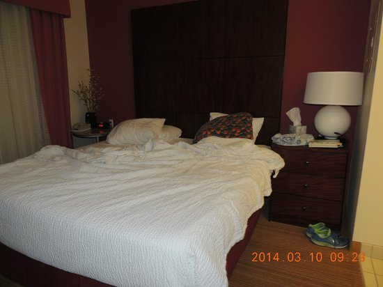 Residence Inn Albuquerque Airport: bedroom - plenty of storage and closet space