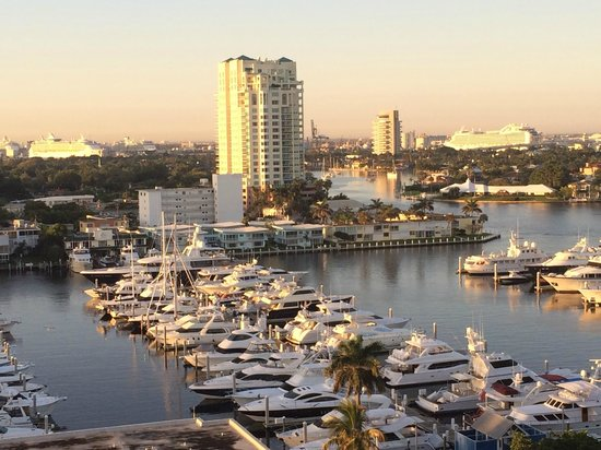 Bahia Mar Fort Lauderdale Beach - a Doubletree by Hilton Hotel : The view south with yachts and cruise ships.