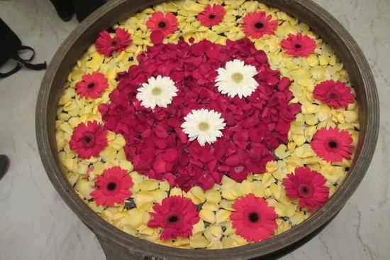 Anandha Inn Convention Centre & Suites : Blumen-Deko