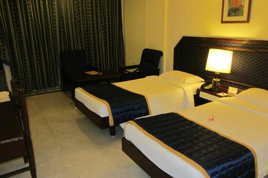 Anandha Inn Convention Centre & Suites : Geräumiges Zimmer