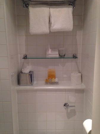 Hilton Garden Inn Birmingham Brindleyplace: Towels large 2 small ones 2 flannels and neutrogena wash ect