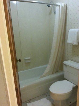 Clark's Inn: Bathroom