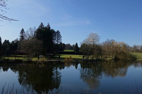 Warner Leisure Hotels Nidd Hall Hotel: Nidd Hall grounds with BLUE SKIES