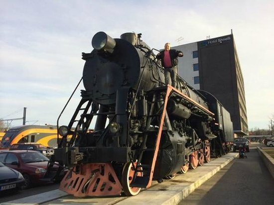 Go Hotel Shnelli: Old train from 1953 is at the parking place.