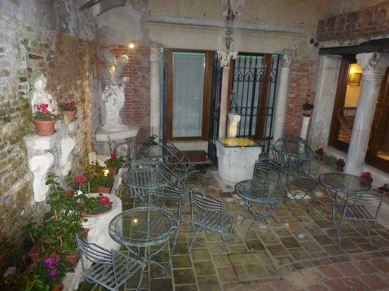 Hotel Al Ponte Mocenigo: Hotel garden