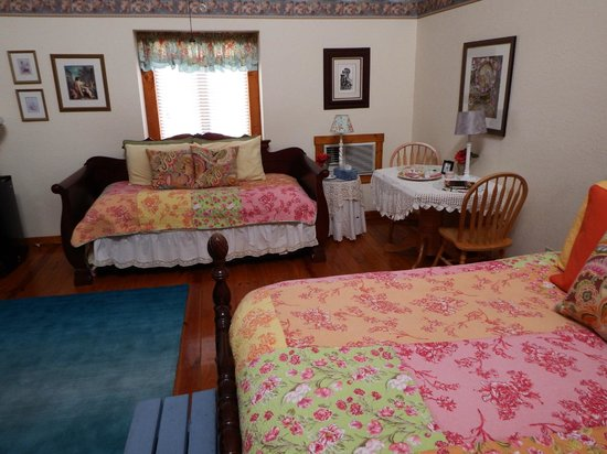 Arbor House Country Inn: Prairie Rose trundle bed