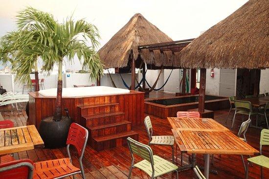 Hostel Mundo Joven Cancun : rooftop patio