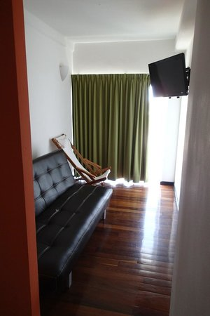 Hostel Mundo Joven Cancun: room, couch