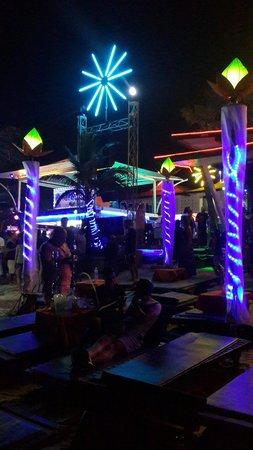 Ark Bar Beach Club: Шезлонги на пляже Арк бара.
