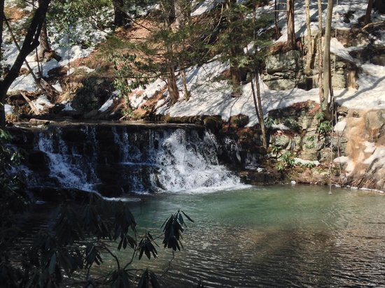 Pocono Manor Resort & Spa: Waterfall (blue hiking trail)