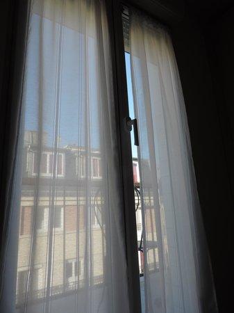 Hotel Darcet: Finestra camera