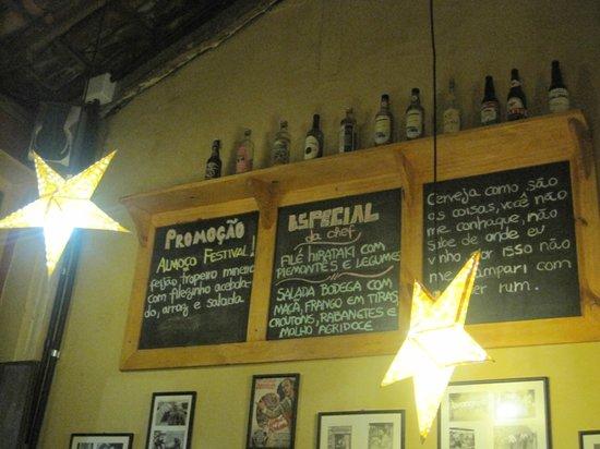 Bodega Restaurant Pizza Bar: Decoração com cardapio