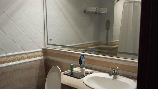 Catalonia Santo Domingo: Basic bathroom