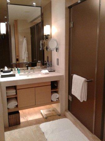 Hyatt Regency Hong Kong Sha Tin : Bathroom with tub and shower